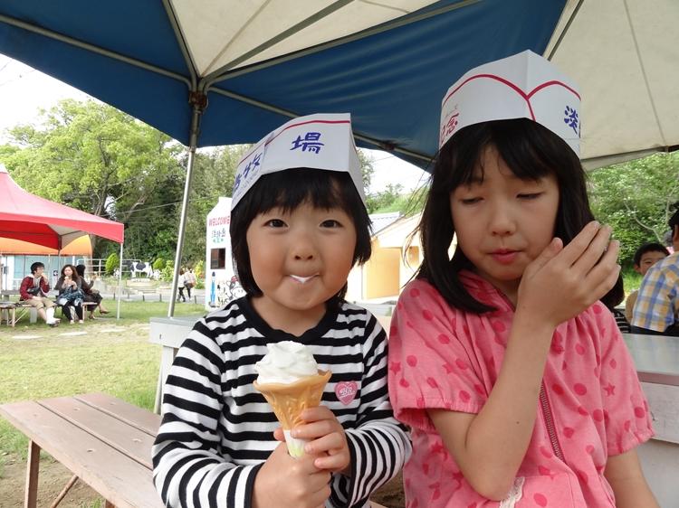 ソフトクリームは美味いな~子どもたちは大満足!淡路島牧場は慶野松原キャンプ場からスグ近くです。