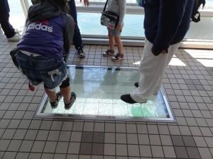 渦の道のガラス床から鳴門海峡の渦潮が見える04