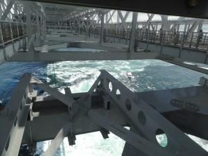 渦の道のガラス窓から鳴門海峡の絶景渦潮が見える02