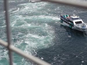 渦の道のガラス窓から鳴門海峡の絶景渦潮が見える03