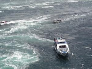 渦の道のガラス窓から鳴門海峡の絶景渦潮が見える04