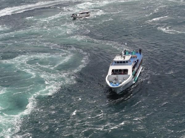 渦の道のガラス窓から鳴門海峡の絶景渦潮が見える05