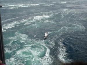 渦の道のガラス窓から鳴門海峡の絶景渦潮が見える06