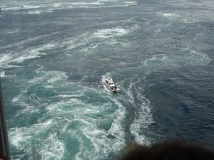 渦の道のガラス窓から鳴門海峡の絶景渦潮が見える07