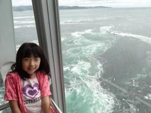 渦の道のガラス窓から鳴門海峡の絶景渦潮が見える08